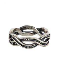 Anel feito de prata, com formato de infinito, medindo 2 cm de comprimento por 2 cm de largura. Ideal para trazer estilo e personalidade para seu dia a dia!